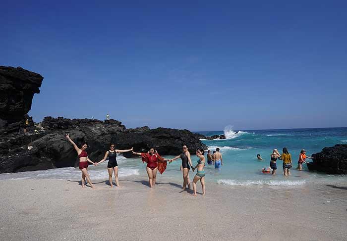 Bãi tắm trên đảo bé Lý sơn